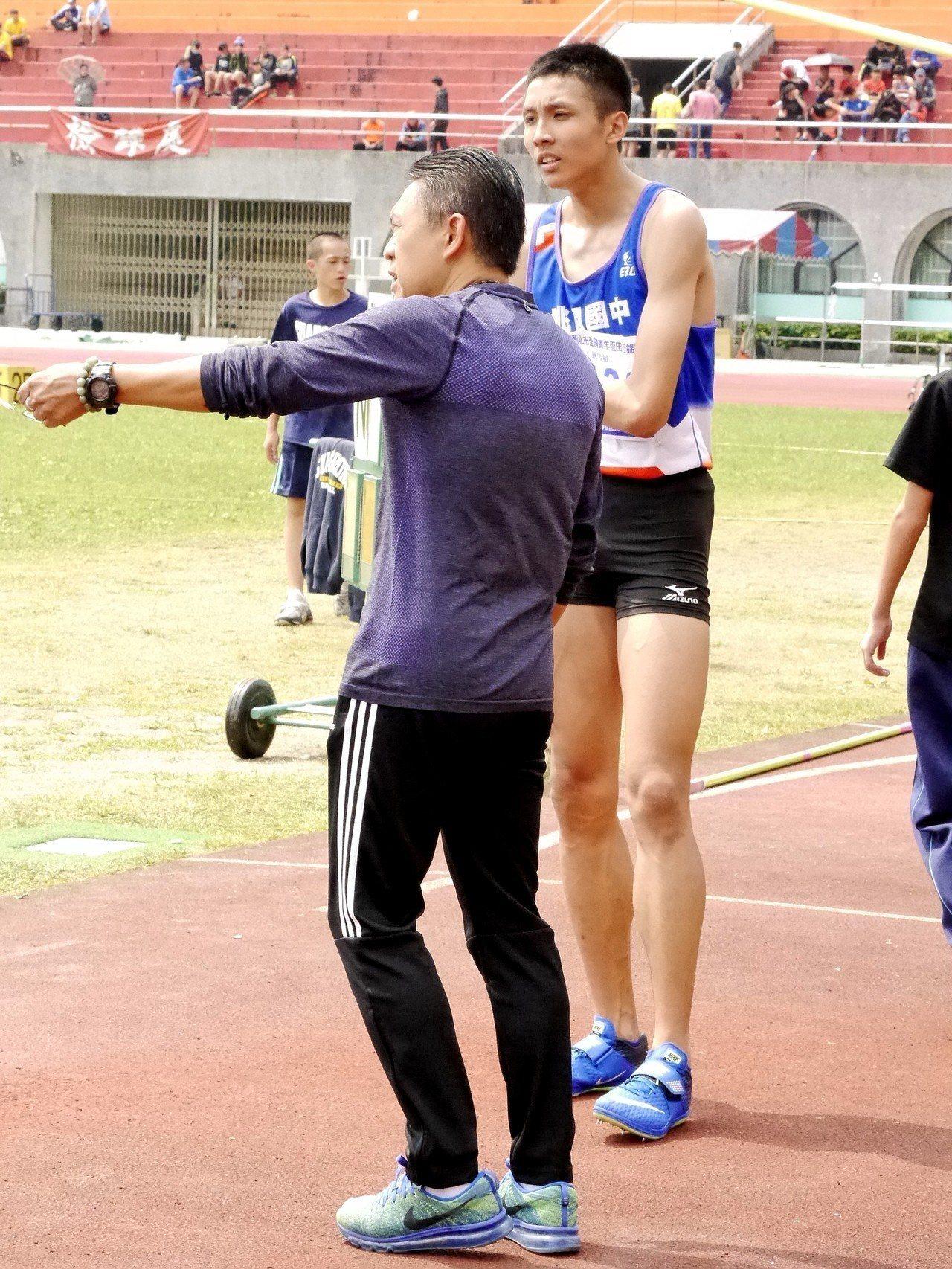 在教練游文龍(左)的指導下,傅兆玄(右)除了跳高外也會參加混合運動項目。記者劉肇...