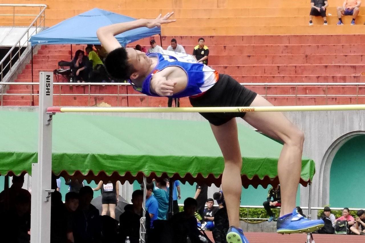 桃園國中傅兆玄在青年盃國男跳高決賽以1公尺98摘金。記者劉肇育/攝影