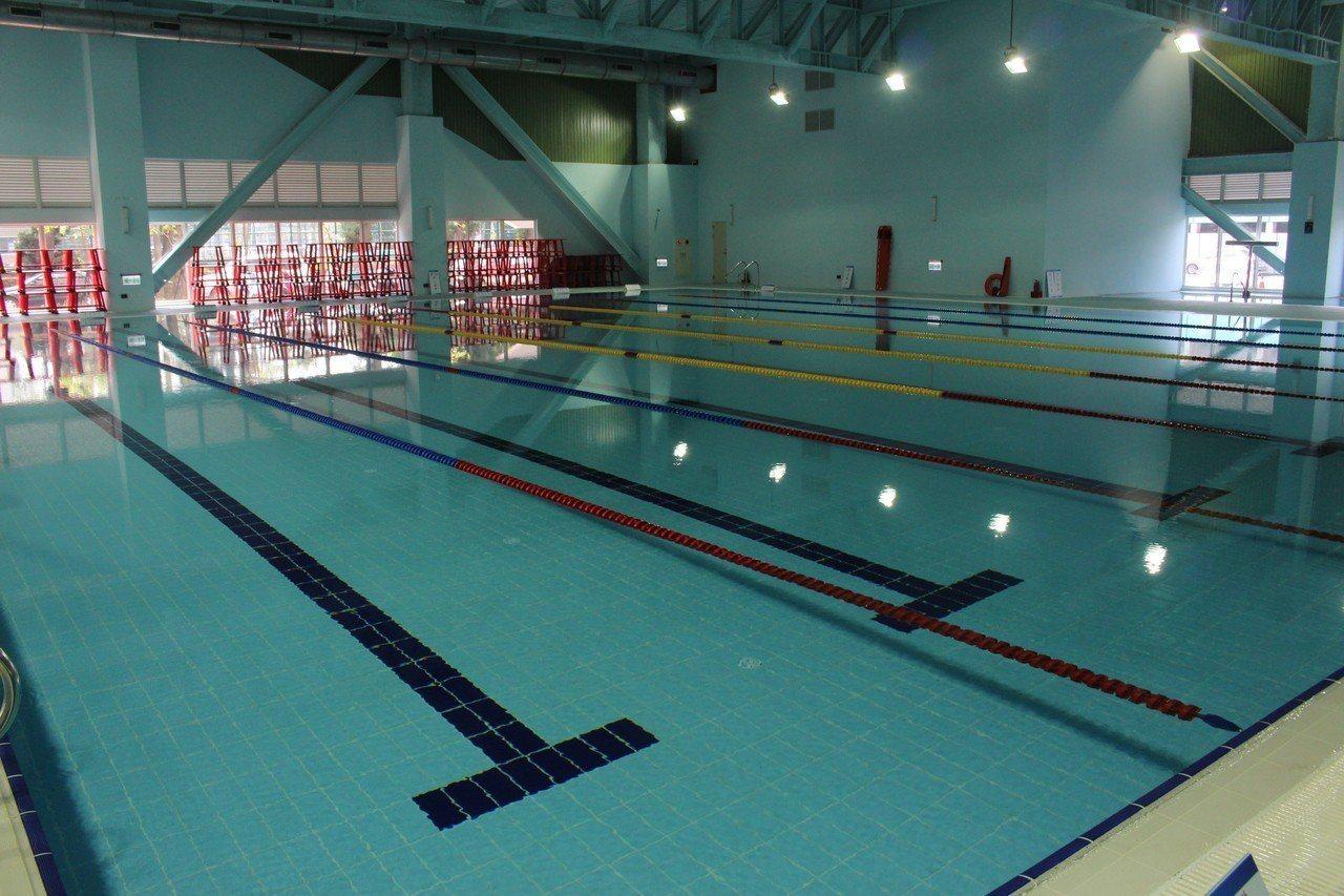 嘉義市運動中心一樓設有25公尺室內溫水游泳池,並附設SPA水療池、烤箱、蒸氣室、...