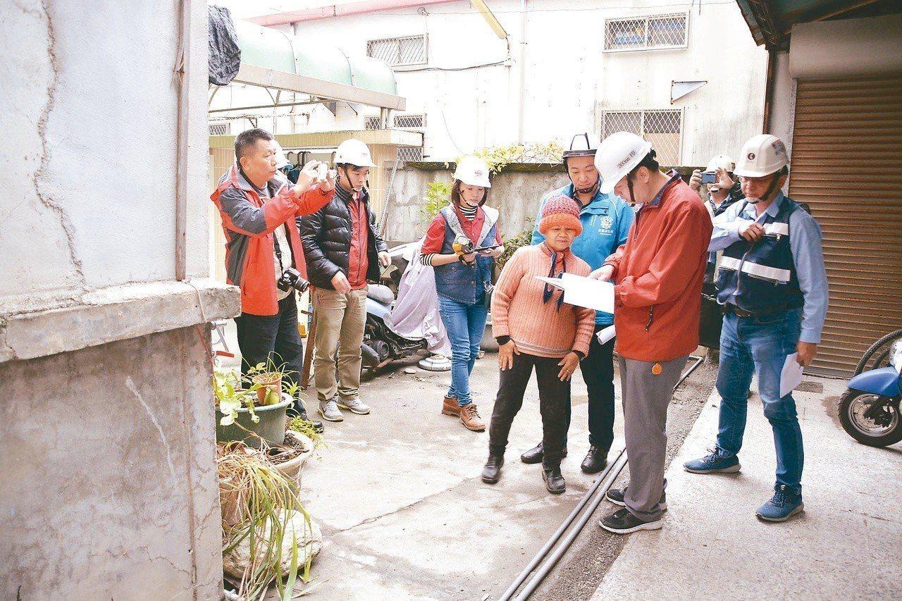 圖為花蓮強震過後,台積電志工團隊進駐,為花蓮市弱勢家戶修繕受創的家園。報系資料照