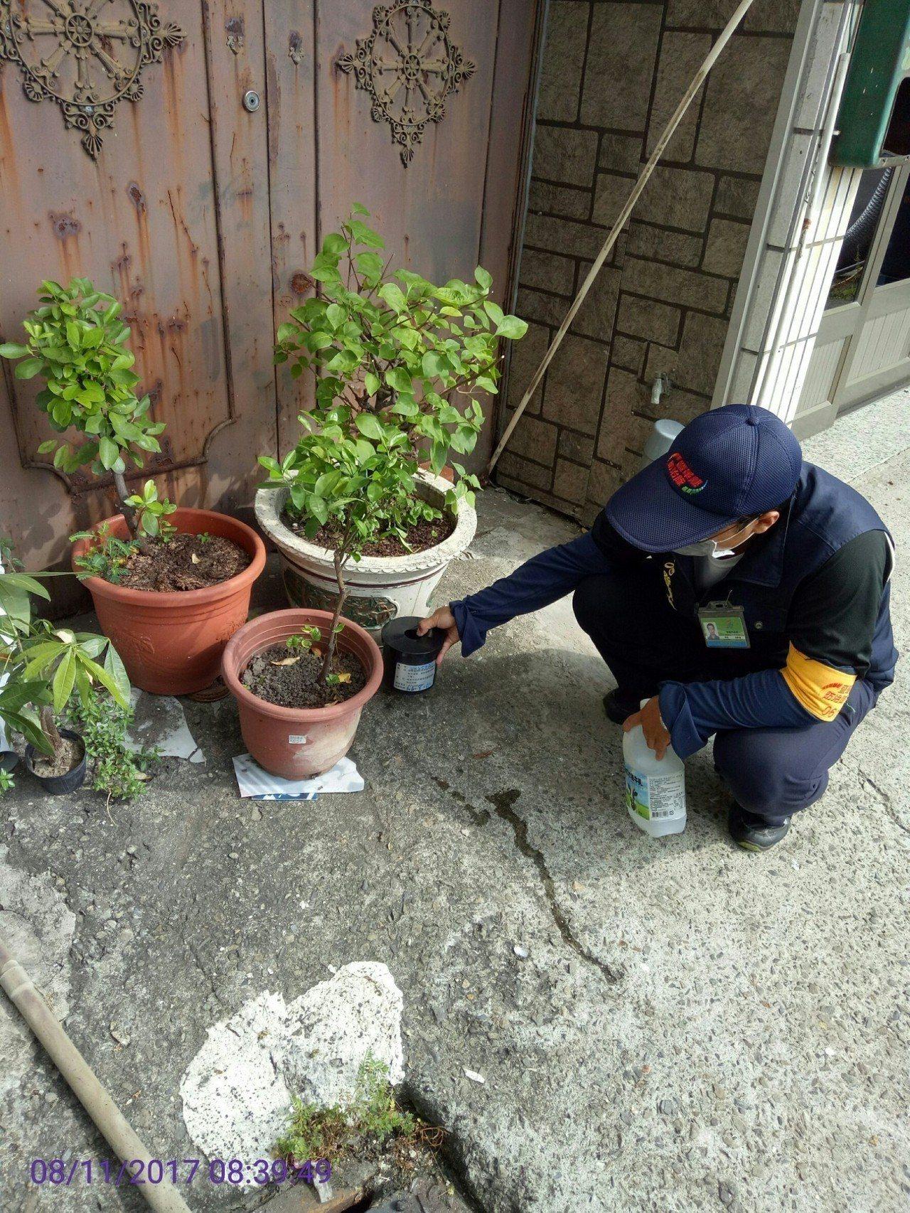 稽查人員在高風險區置放黏蚊桶,進行社區環境病媒密度監測及巡檢。圖/高雄市衛生局提...