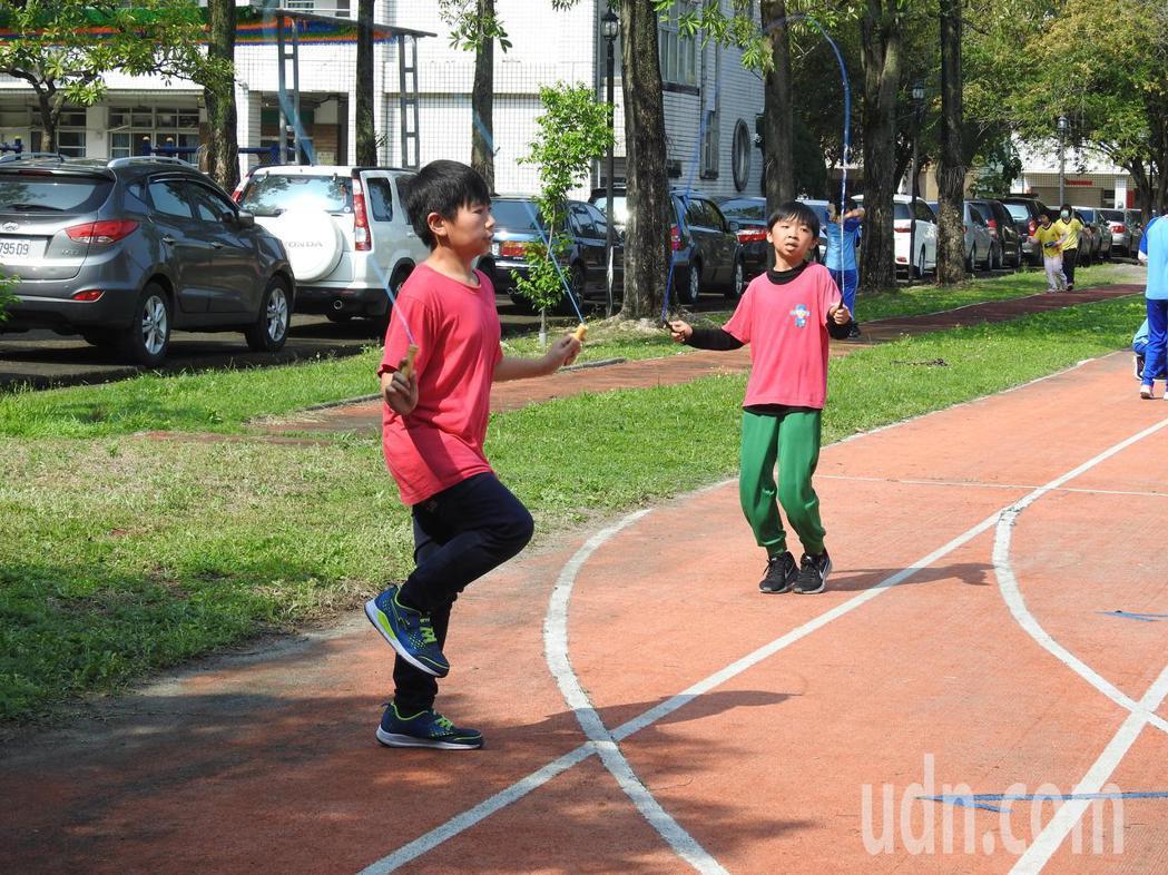 南投縣國小跳繩競賽今在草屯虎山國小登場,參賽者賽前抓緊時間練習。記者賴香珊/攝影