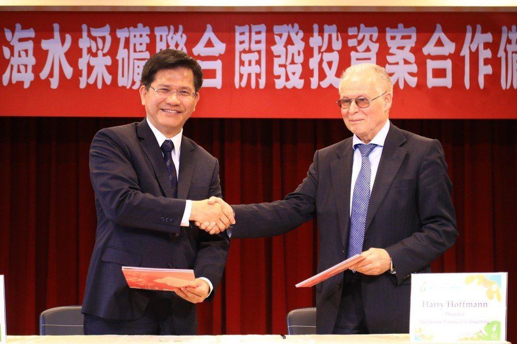台中市長林佳龍(左)與德國公司簽署海水採礦MOU引發爭議,議會國民黨團連署要開臨...