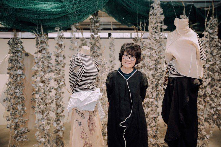 設計師葉珈伶在展場介紹2018春夏CHARINYEH的服裝設計理念。圖/CHAR...