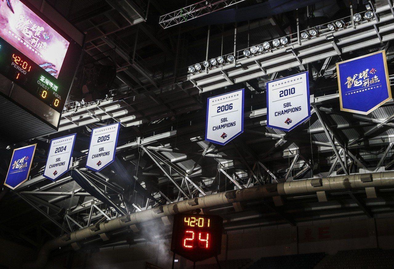 裕隆隊主場周在新莊體育館掛起四面冠軍錦旗。記者楊萬雲/攝影