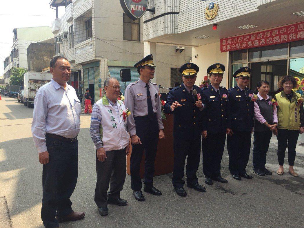 台南市警察局長黃宗仁(左四)口若懸河,卻謙稱不會講話。記者吳政修/攝影