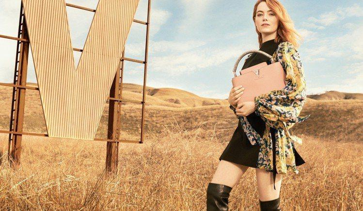 艾瑪史東身穿路易威登2018早秋系列服裝,在廣袤沙漠中拍攝形象片。圖/LV提供