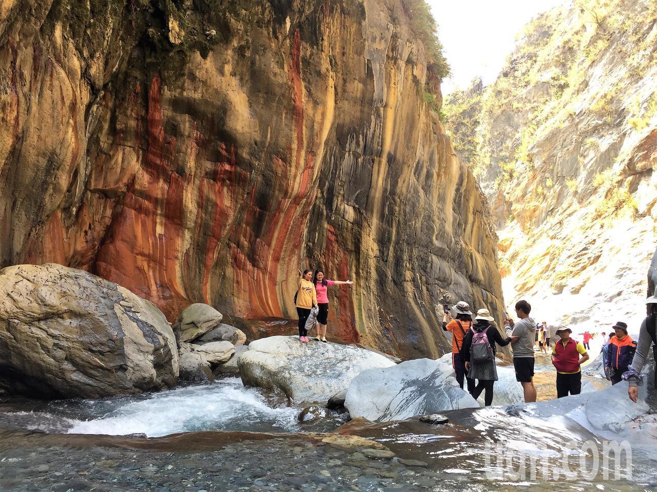 屏東縣霧台鄉的哈尤溪秘境近年爆紅,尤其是七彩岩壁及「雲豹之湯」讓人驚豔。記者翁禎...