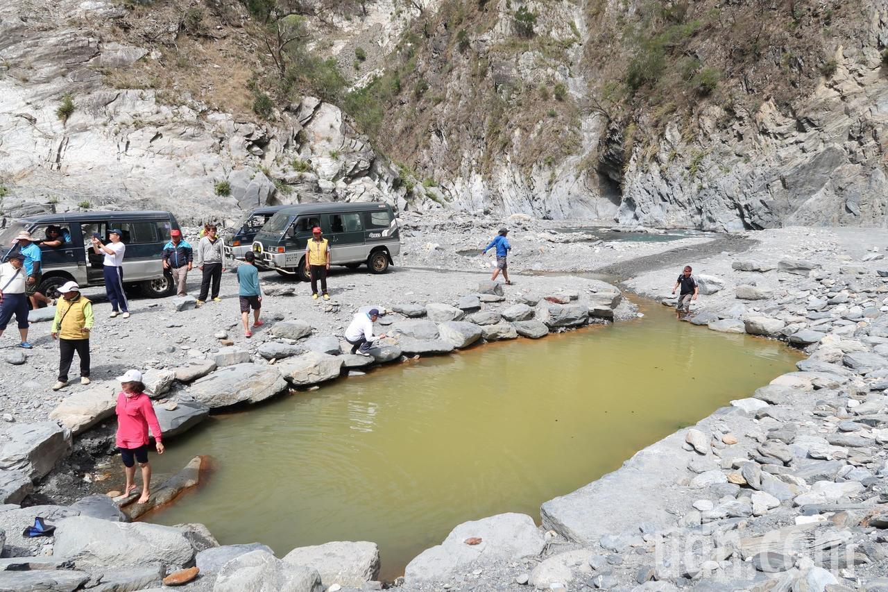 大武當地的溫泉被稱為「雲豹之湯」,目前僅供遊客泡腳。記者翁禎霞/攝影
