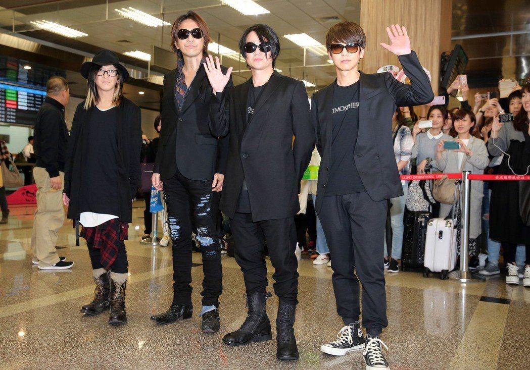 日本搖滾天團GLAY下午抵台,團員吉他手HISASHI(左起)、吉他手TAKUR