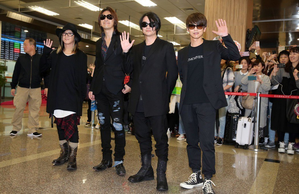 日本搖滾天團GLAY下午抵台,團員吉他手HISASHI(左起)、吉他手TAKUR...