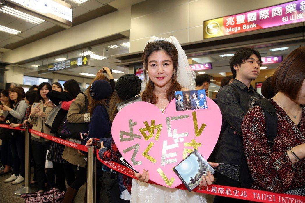 日本搖滾天團GLAY下午抵台時,一名粉絲穿上白紗在機場接機。記者徐兆玄/攝影