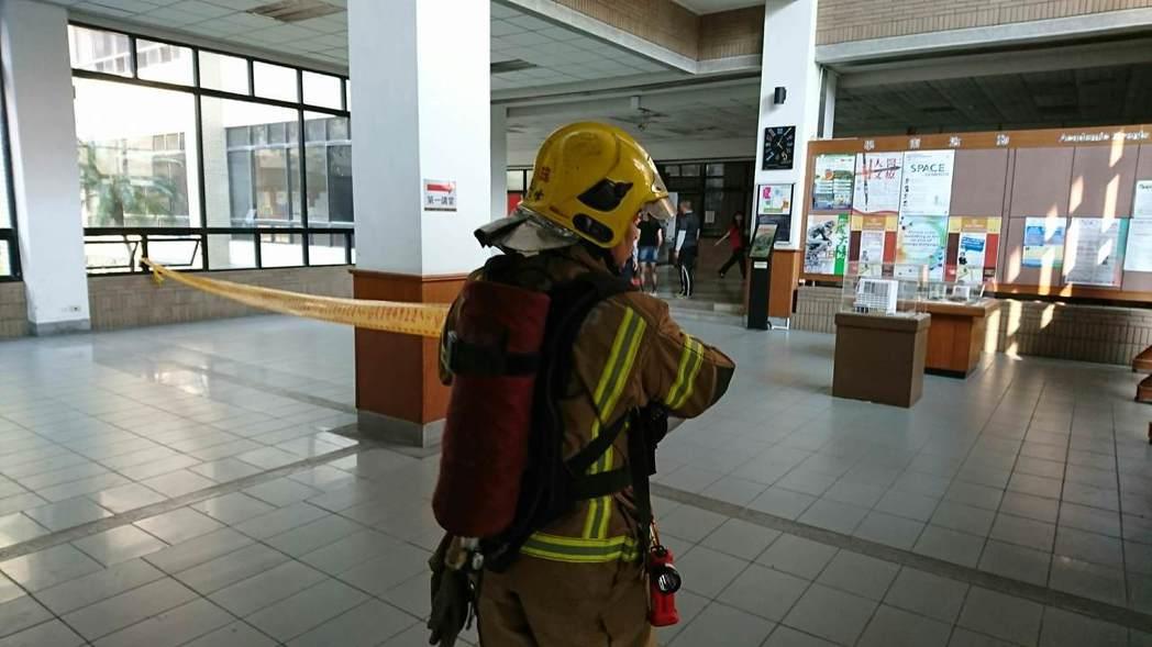 消防局人員到場拉起封鎖線,疏散該樓層師生,管制進出。圖/取自ptt