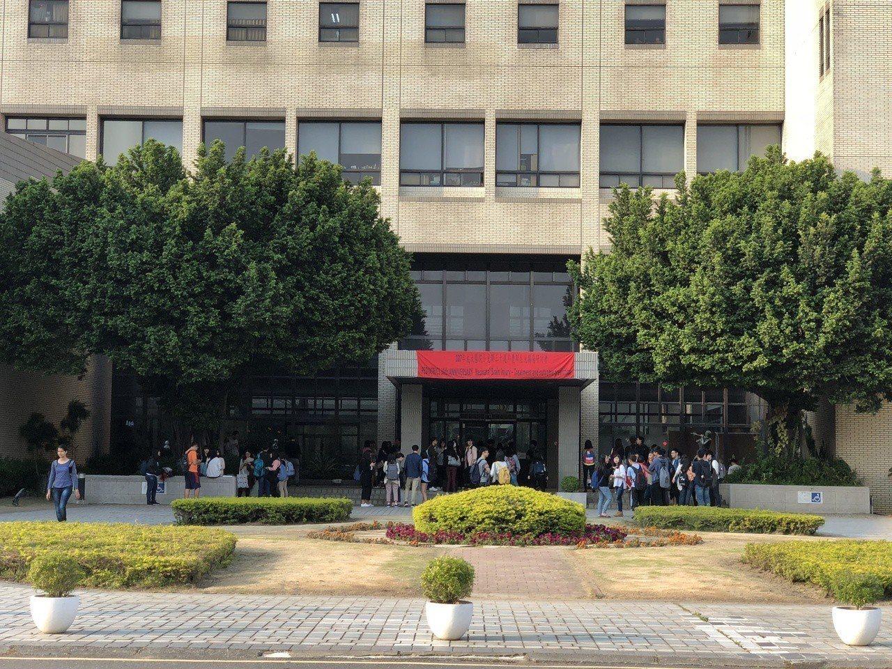這起意外發生後,大批學生疏散到大樓外廣場等候,直至狀況解除。記者邵心杰/攝影