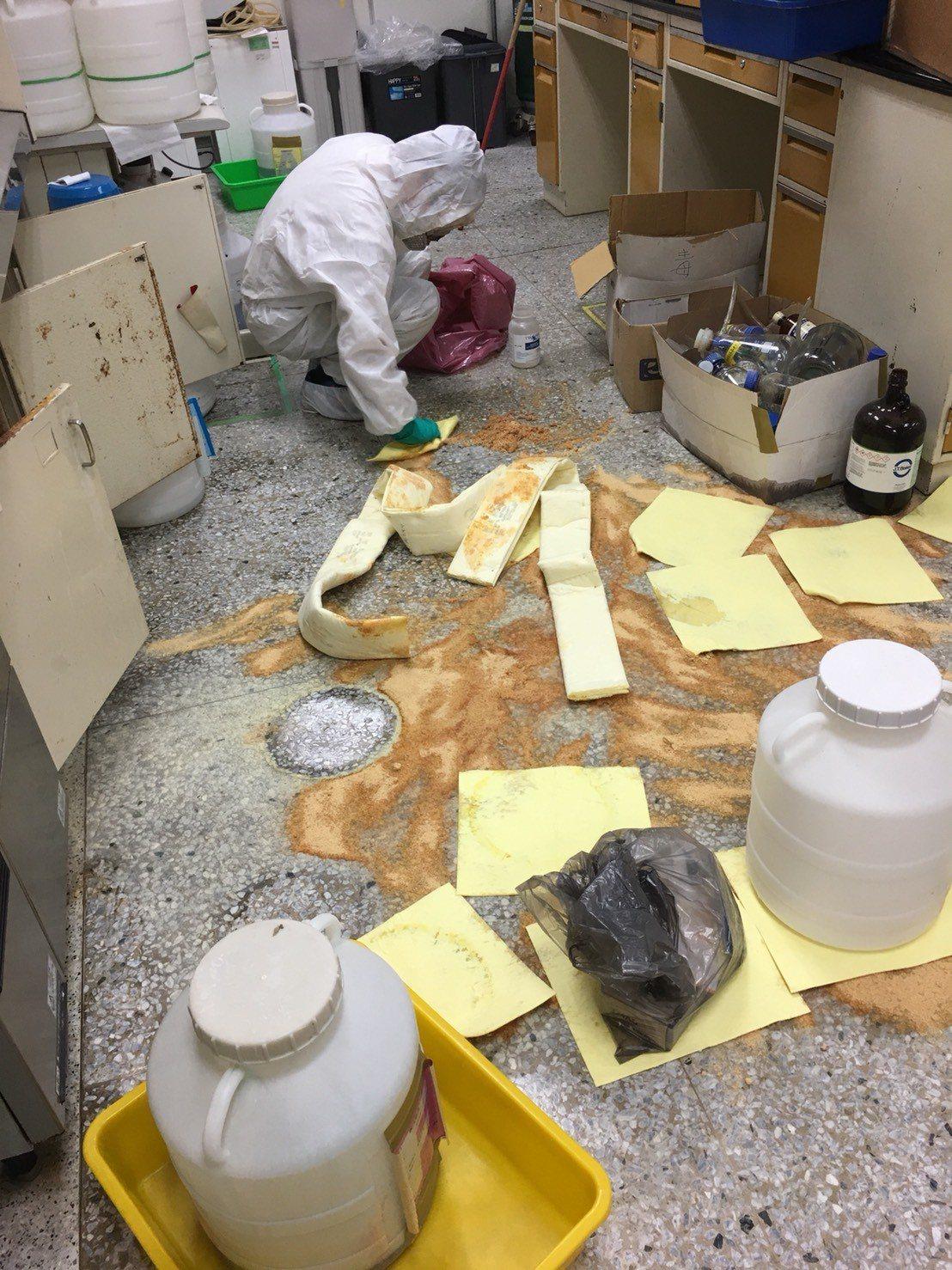 成大環衛中心人員緊急以吸附棉吸附洩漏廢液回收。圖/取自ptt