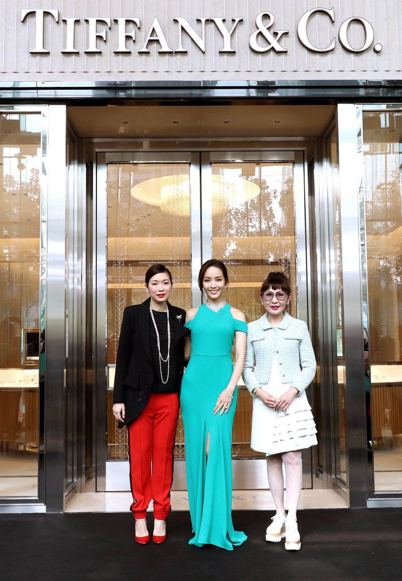 Tiffany & Co.香港、澳門及台灣副總裁簡筠玉(左起)、侯佩岑與台中大遠...