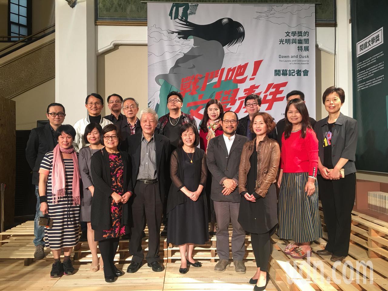 台北市文學獎慶祝二十週年,舉辦「戰鬥吧!文學青年:文學獎的光明與幽闇」特展。記者...