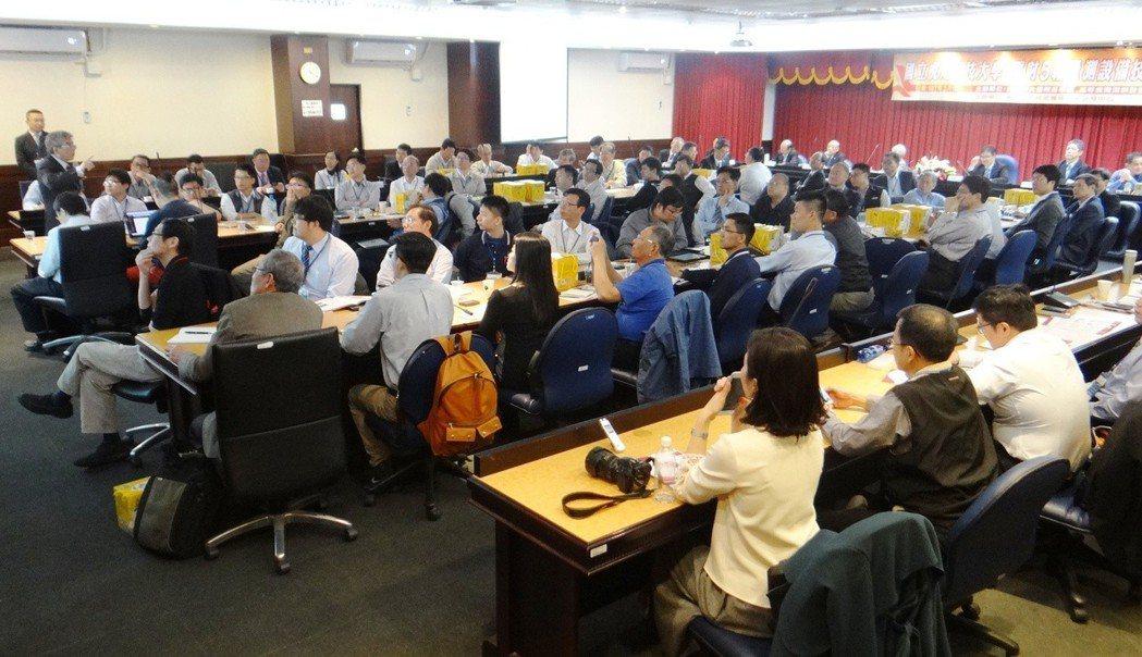 虎尾科大師生團隊研發成功的「五軸光學式檢測系統」,台灣20多家科技產業董座齊聚一...