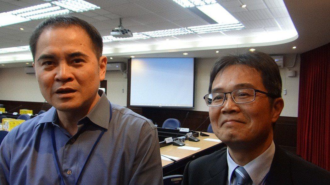 科技業老闆莊大立(左)等多人感謝虎尾科技大學校長覺文郁(右)苦心培育人才,研發創...