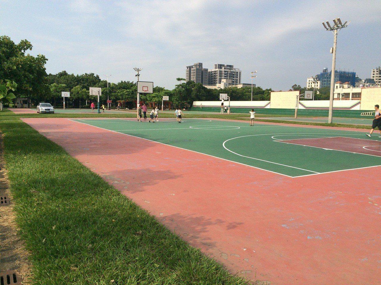 竹南頭份運動公園4座露天籃球場將搭建頂篷改造為風雨球場,提供雨天運動或活動場所。...