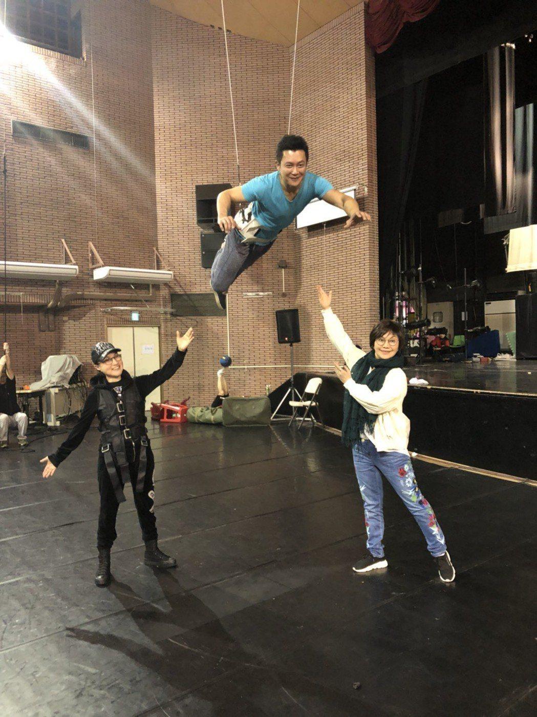 王燦為舞台劇「月夜情愁」練習吊鋼絲。圖/民視提供