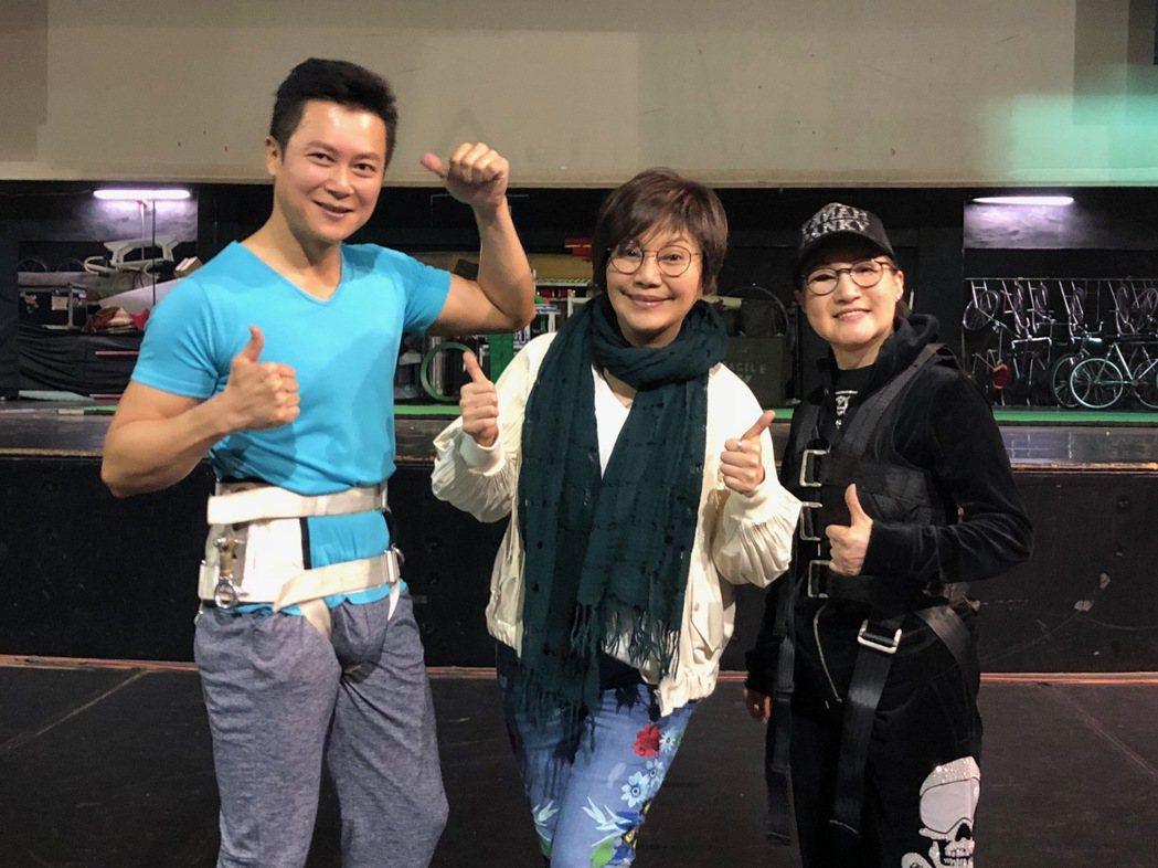 王燦(左起)、唐美雲、小咪排練吊鋼絲戲。圖/民視提供