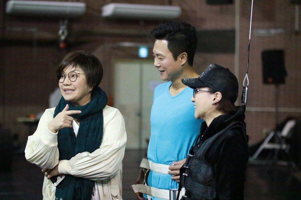 唐美雲(左起)、王燦、小咪排練吊鋼絲戲。圖/民視提供