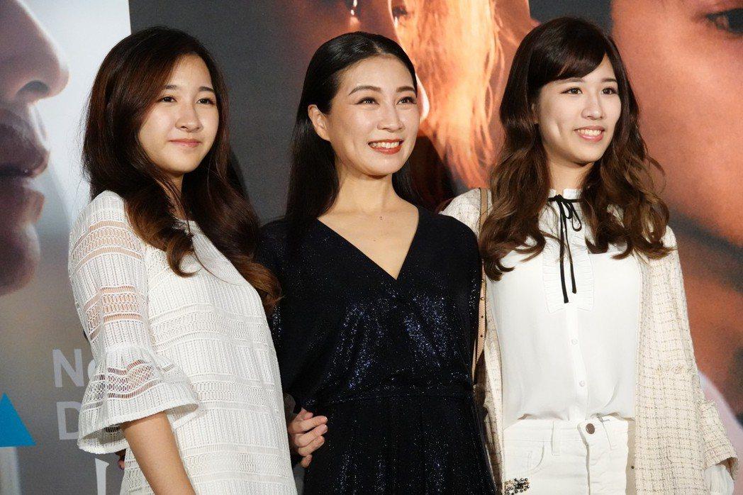 方文琳出席新戲「大崎下」首映,女兒于齊優(右)、于齊薇現身力挺。圖/客台提供