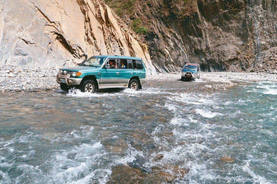 從大武部落進入哈尤溪還有16公里,必須以四輪傳動的車輛接駁,並步行溯溪前往,行程...