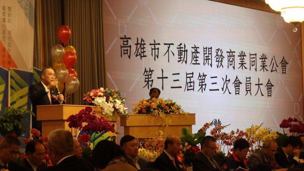 高雄市不動產開發商業同業公會昨天舉辦會員大會,由理事長張永義(左)主持。 記者謝...
