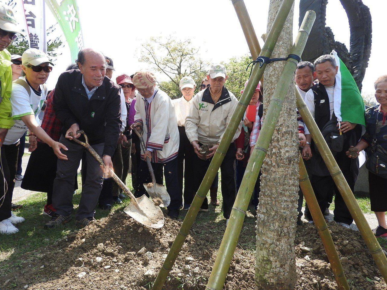 228事件烏牛欄戰役71週年,自由台灣黨主席蔡丁貴(左)昨在該役紀念碑旁種下木棉...
