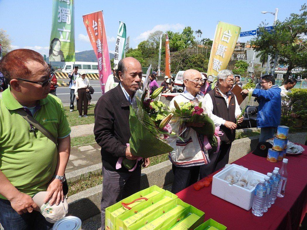 自由台灣黨主席蔡丁貴(中)昨率眾赴烏牛欄戰役紀念碑憑弔追思,且宣示要建立台灣國。...
