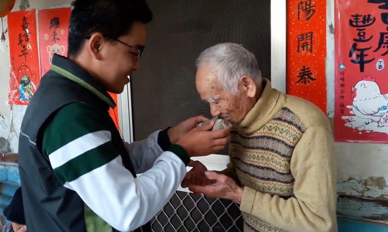 蔓荊子製成香包贈送長輩頗受歡迎。圖片/許譽騰提供