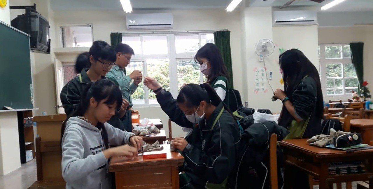 蔓荊子曬乾、去殼後,由竹崎高中春暉社學生幫忙裝填,共縫製190個香包。圖片/許譽...