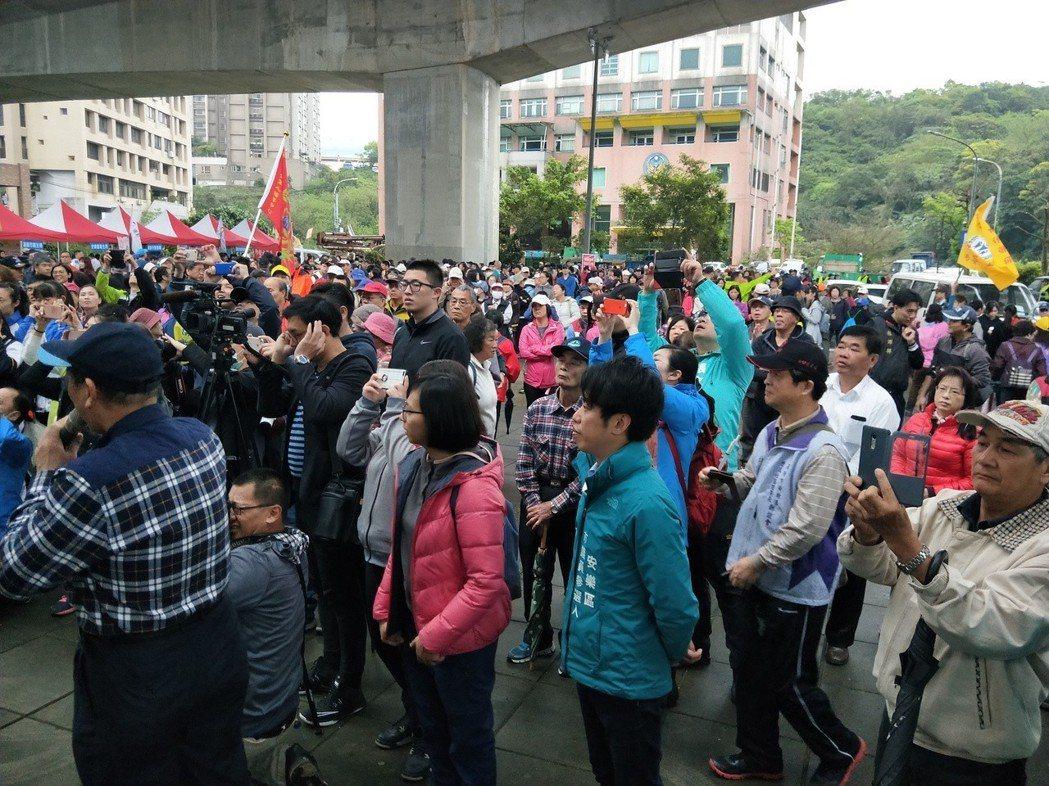 「基隆市運動i台灣」安樂區社區全民健走今上午在消防局前開走,共有3千多民眾參加。...