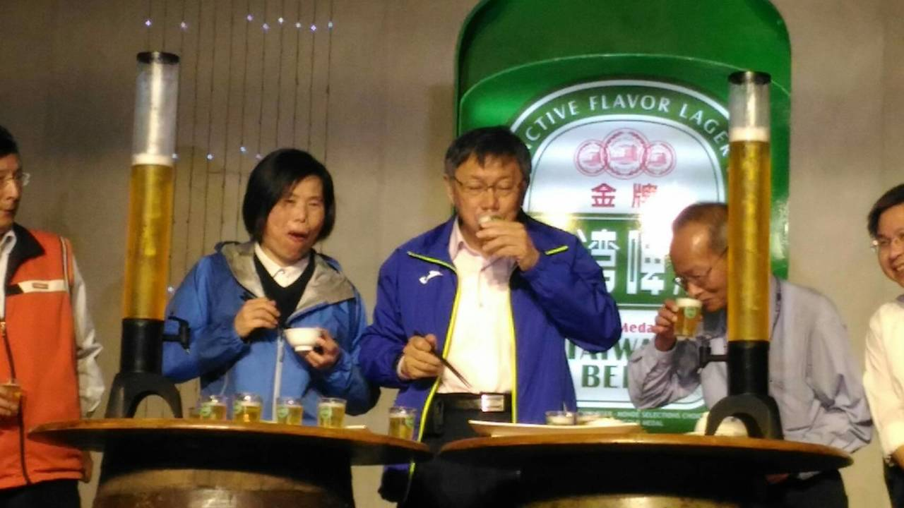 柯文哲今早參訪台北啤酒工廠,並品嘗啤酒。(提醒您:禁止酒駕 飲酒過量,有害健康)...