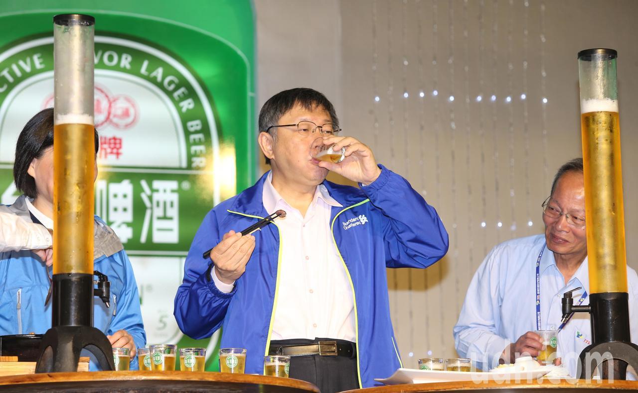 柯文哲品嚐台灣啤酒及下酒小菜。記者徐兆玄/攝影