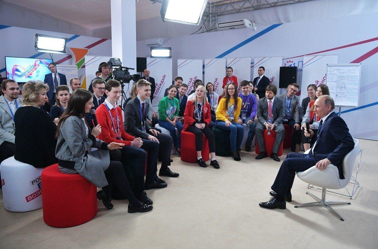 俄國總統普亭(右)15日出席莫斯科一場青年座談。美聯社