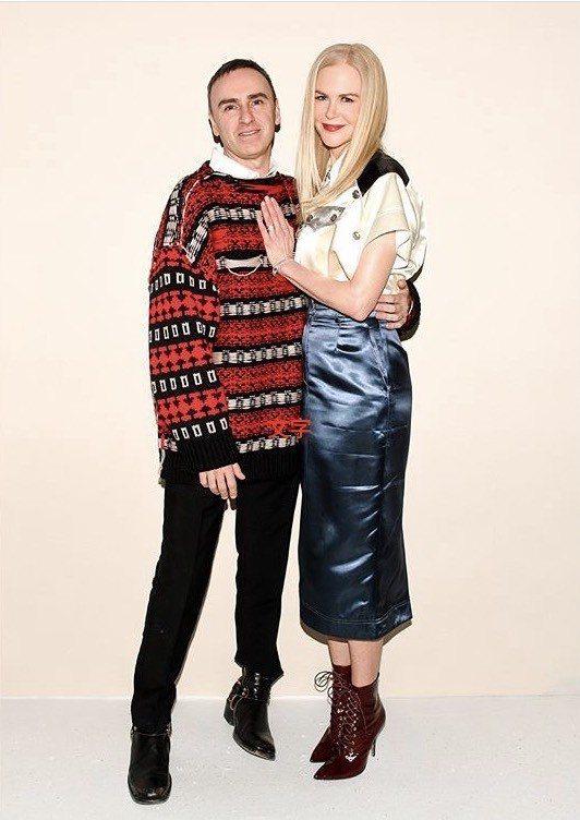 2018秋冬發表會上與女星妮可基嫚合影的Calvin Klein創意總監Raf ...