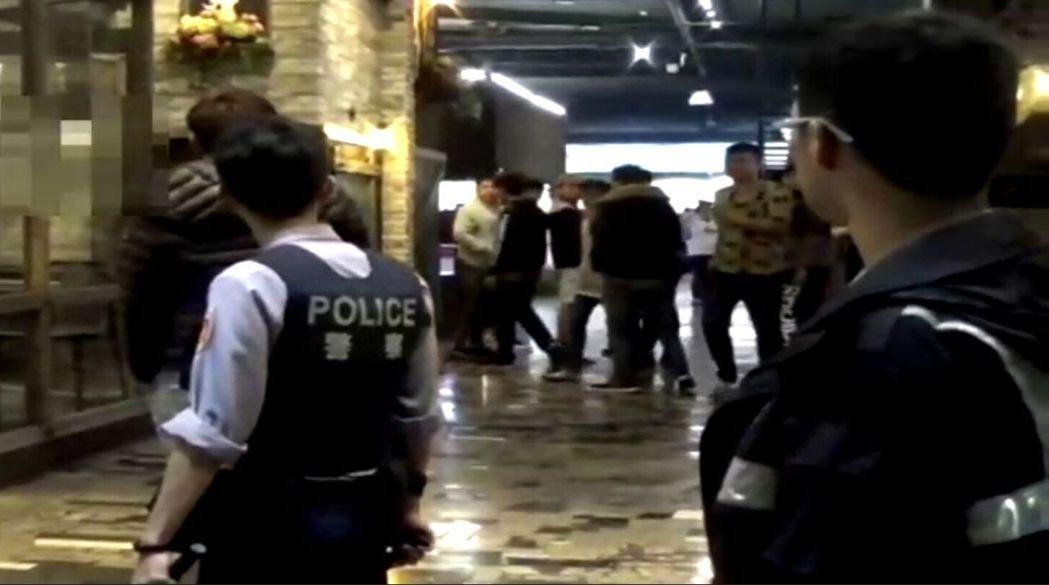 高雄某複合式KTV顧客衝突,警方動員強制驅離。記者林保光/翻攝