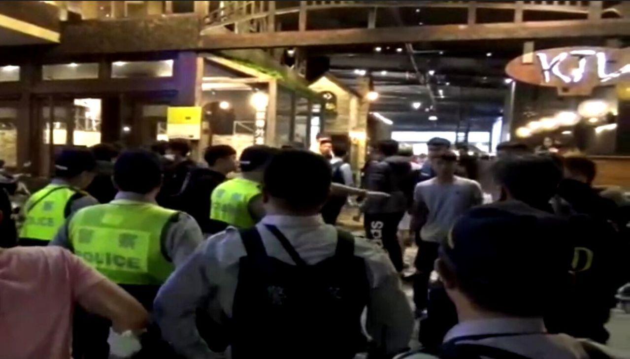 高雄市三民區今天凌晨某KTV顧客衝突,警方動員制止。記者林保光/翻攝