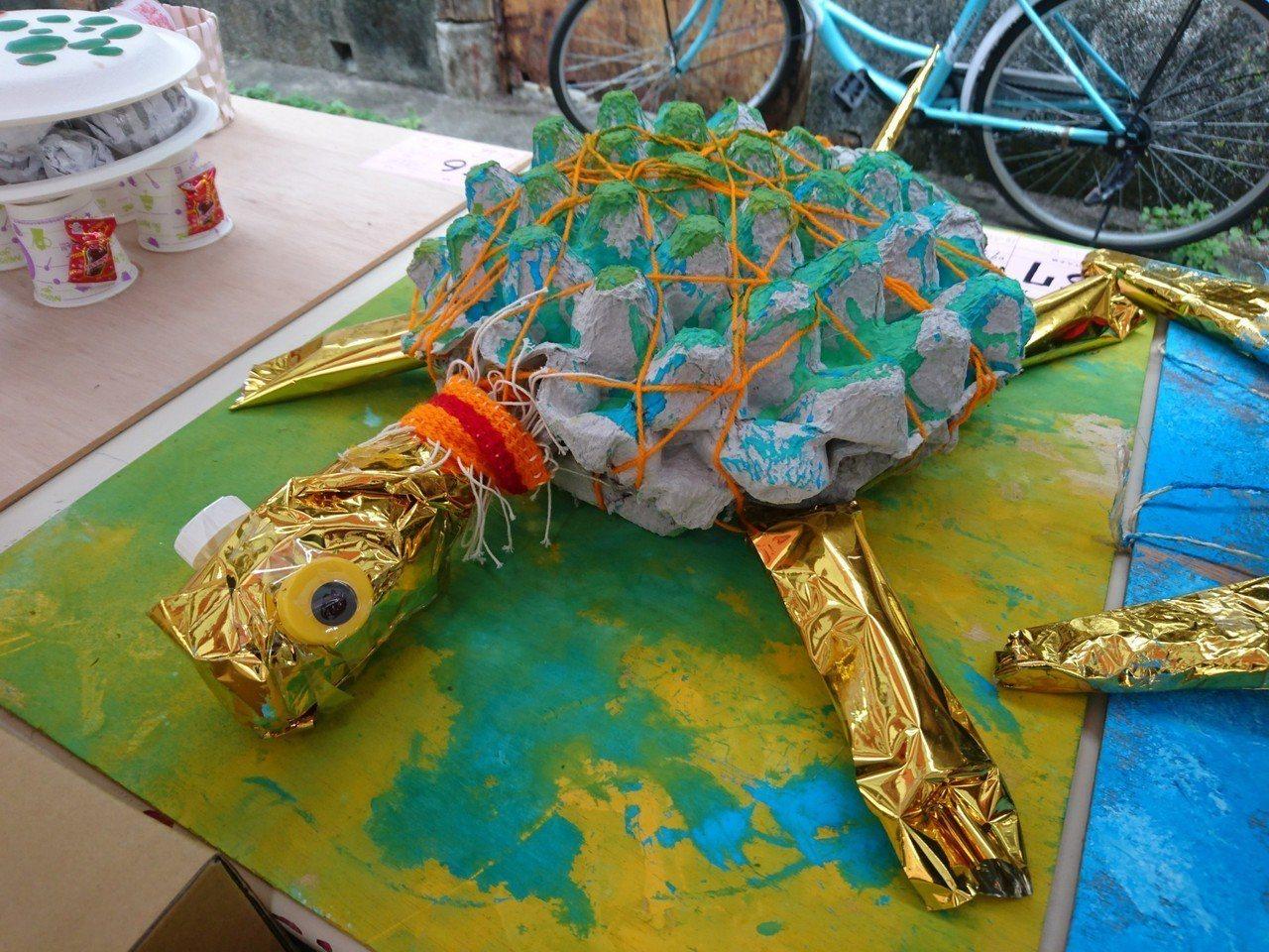 宜蘭縣頭城鎮為土地公開慶生會派對,神前有信眾創作的烏龜,一起選美。記者羅建旺/攝...