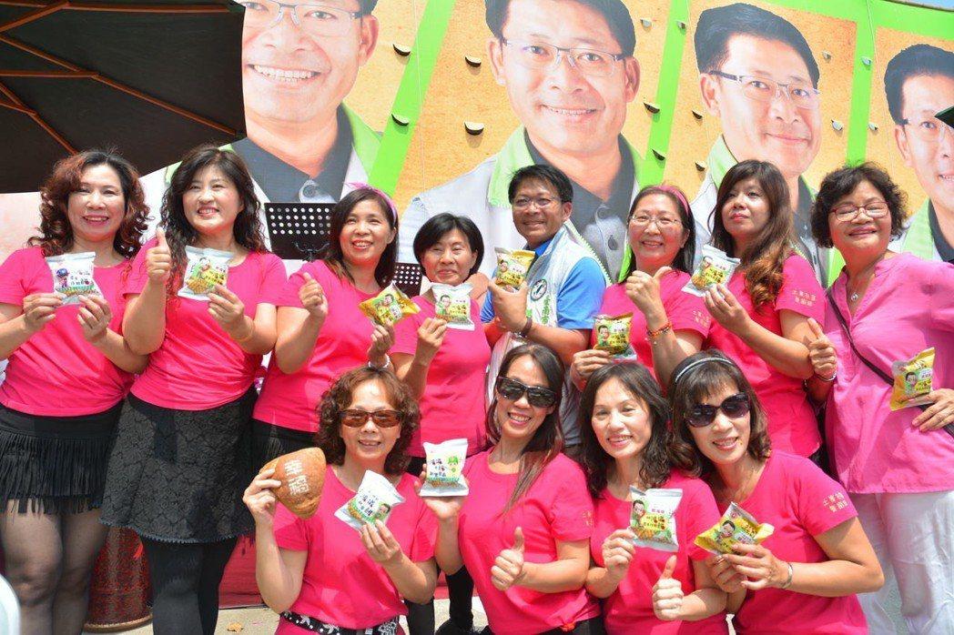 民進黨台南市議員參選人郭鴻儀另類文宣品「鴻儀餅」,很受鄉親歡迎。記者吳淑玲/攝影