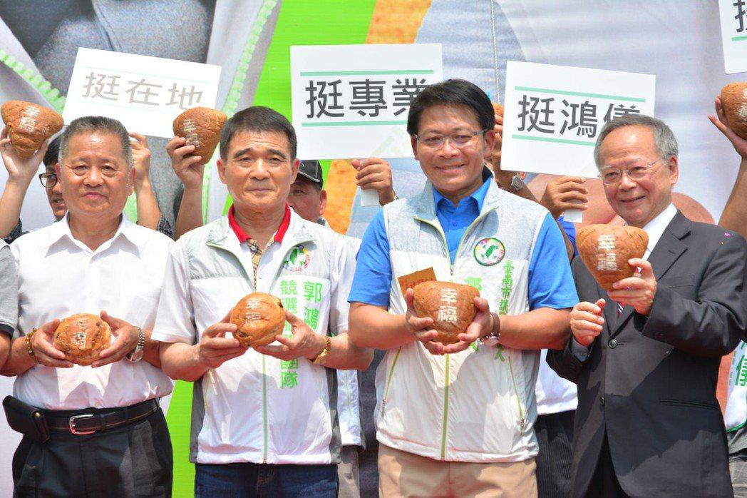 民進黨台南市議員參選人郭鴻儀(右二)成立「幸福工作坊」,並特別訂製幸福麵包送給鄉...