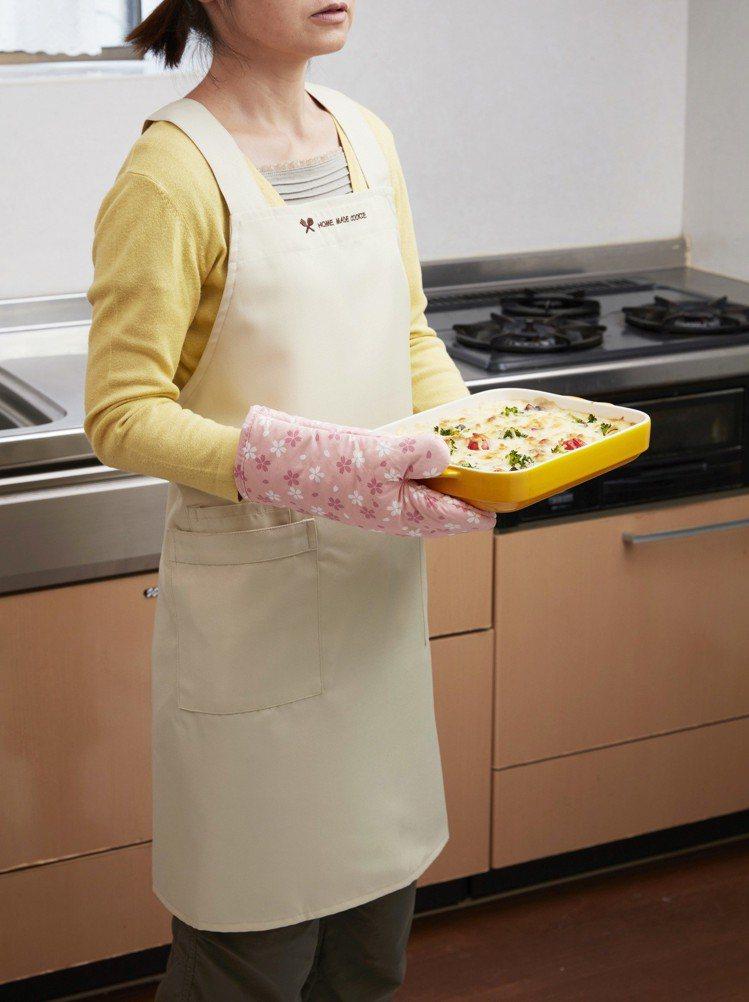 櫻花風隔熱純棉廚房手套,售價190元。圖/台隆手創館提供