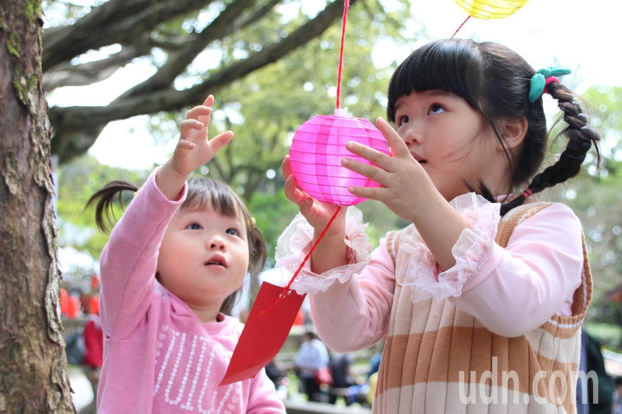 2018大溪豆干節,現場裝飾可愛小燈籠,讓小朋友相當好奇。記者許政榆/攝影