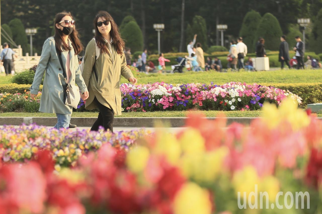 台北氣溫稍涼,但不時有陽光露臉,民眾把握機會出外走走。記者林伯東/攝影