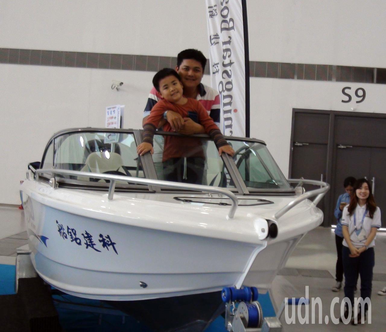 今年遊艇展開放民眾登艇,許多遊客樂翻。記者王昭月/攝影