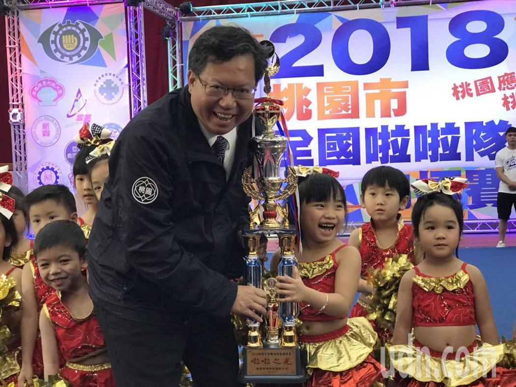 鄭文燦頒榮譽獎給小朋友,小朋友笑得開心。記者鄭國樑/攝影