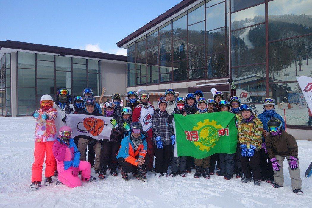 明新科技大學學生,到日本長野縣斑尾滑雪場,移地訓練5日。圖/明新科大提供
